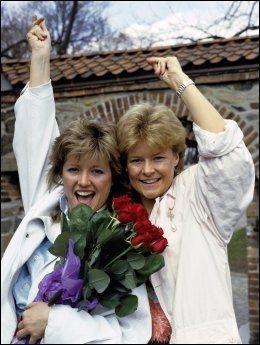 GULLSTRUPENE: Popduoen Bobbysocks ved Akershus festning i 1985. Fra venstre Hanne Krogh sammen med Elisabeth Andreassen. Foto: JAN GREVE/VG