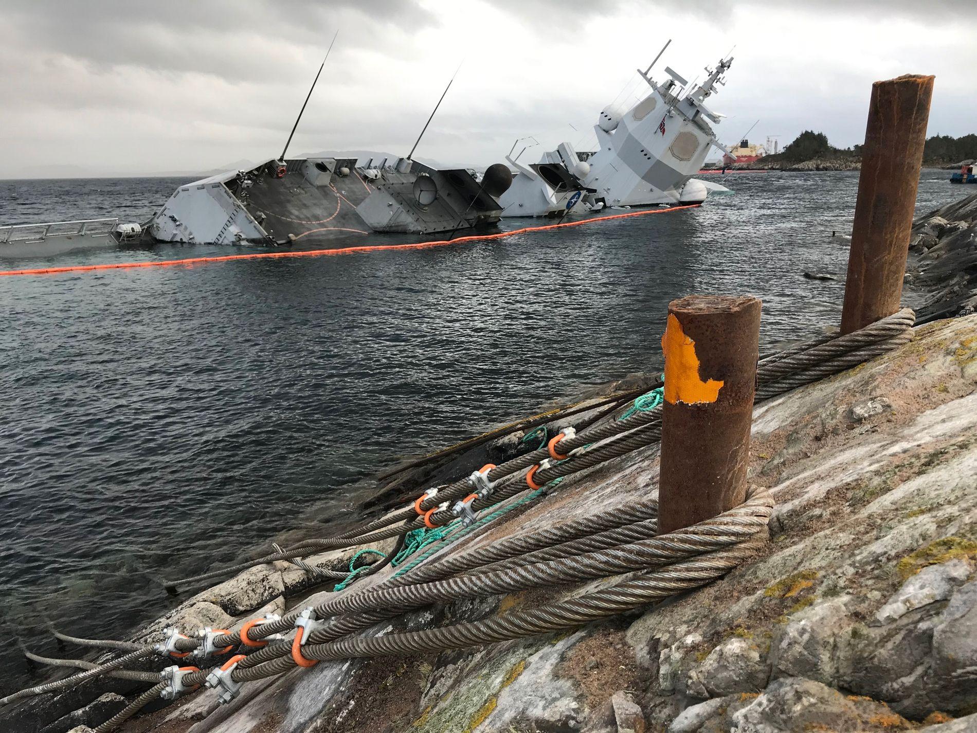 """HAVARERT: KNM """"Helge Ingstad"""" ved havaristedet i Øygarden mandag den 12. november, før skipet sank enda dypere ned i vannet."""
