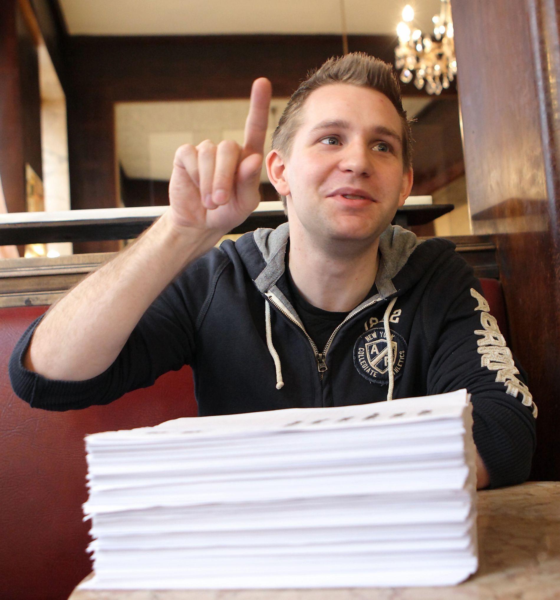 SJOKK: Max Schrems i 2011, med bunken han fikk da han ba om sine personlige data fra Facebook. Det ble starten på en mangeårig kamp, som nå skal avgjøres av EU-domstolen.