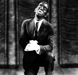 RASISTISK: Skuespiller Al Jolson i blackface i en filmrolle, fra 1927. I dag er det å farge kroppen, spesielt ansiktet, svart assosiert med rasisme.