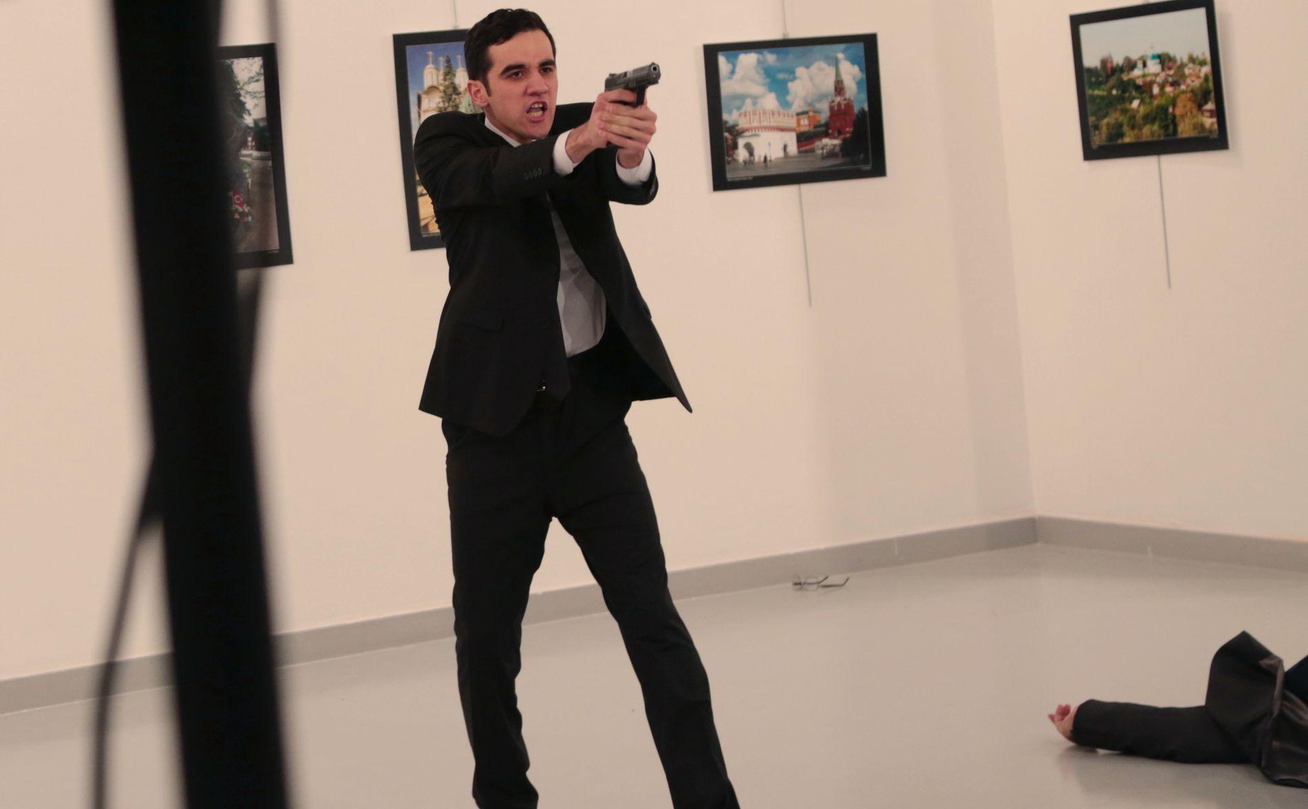 TRUET: Drapsmannen rettet våpenet sitt mot de tilstedeværende og kom med trusler etter å ha skutt Karlov.