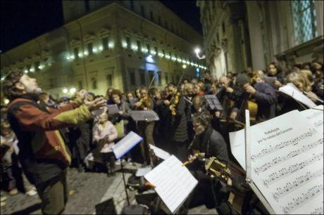 """HALLELUJAH! Et orkester spiller """"Hallelujah"""" utenfor presidentpalasset i Roma i påvente av at Berlusconi skal gå av. Foto: AP"""