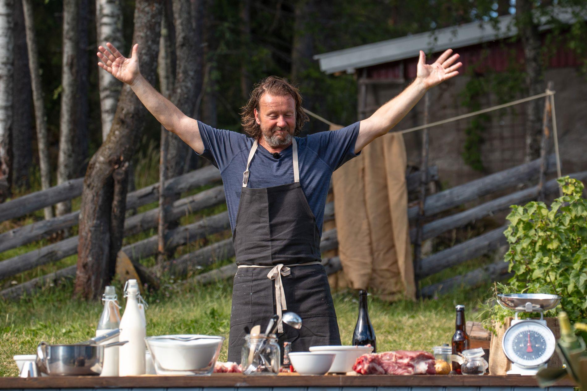 MUNTRASJONSRÅD: Svein Østvik har vært populær også blant de andre deltagerne. Her under matlagingskonkurransen tidligere i uken.