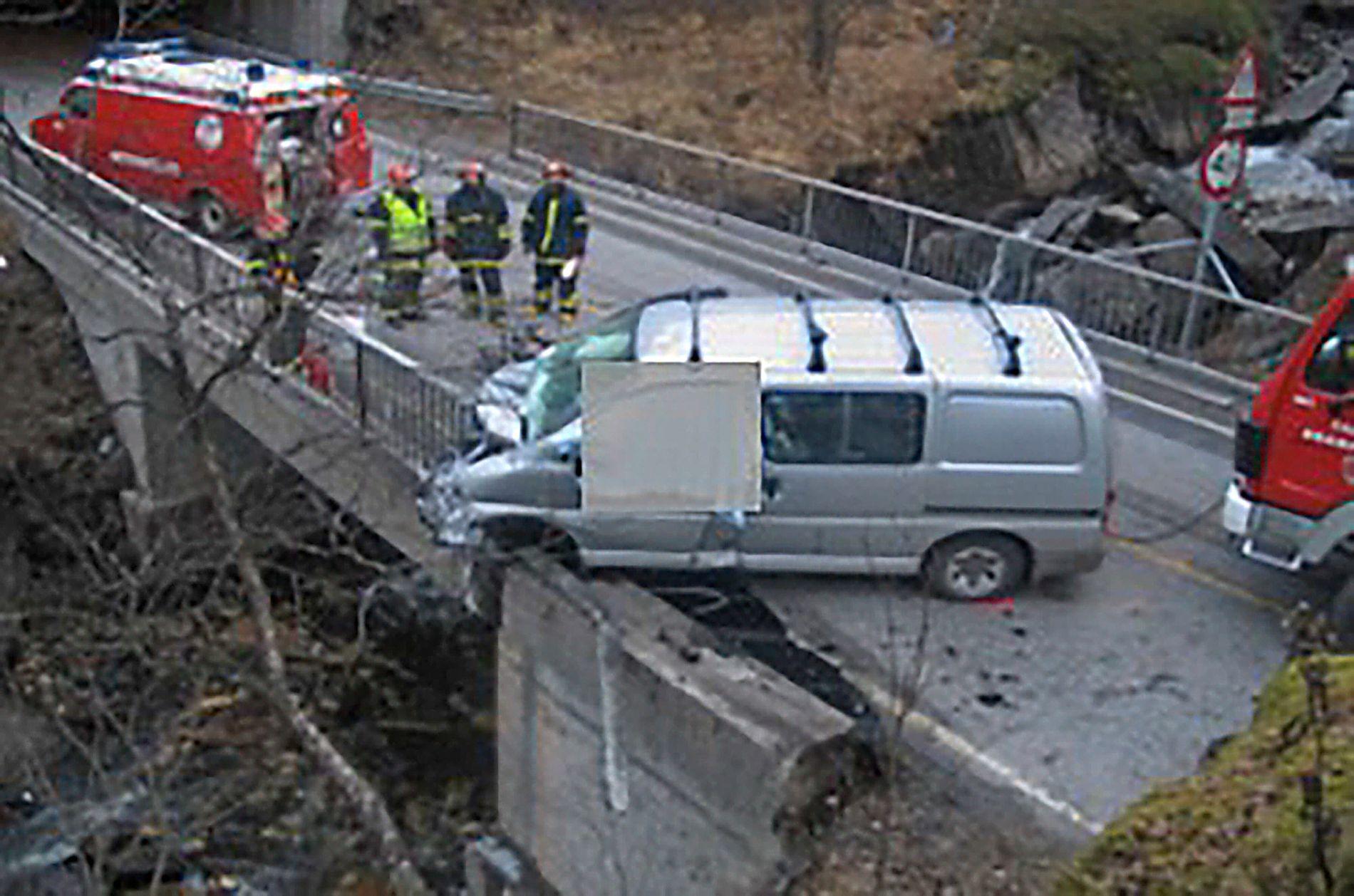 BROULYKKE: Jack Johansen omkom da bilen krasjet inn i rekkverket. Det ble aldri oppklart hvorfor ulykken skjedde. På motsatt side av veien, øverst i venstre hjørnet, ser du hvordan autovernet var montert. Statens vegvesen konkluderte etter ulykken med at rekkverket ikke hadde korrekt overgang fra stål- til betongrekkverk.