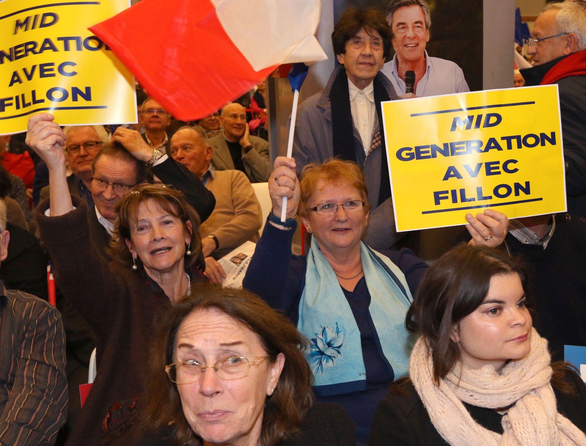 VOKSNE FOR FILLOT: Martine Piget og Adrien Pittino(i midten) jublet, sang og ropte til støtte for tidligere statsminister Francois Fillon. - Vi vil ha ham som vår neste president, sier de to til VG. Foto: KRISTOFER SANDBERG