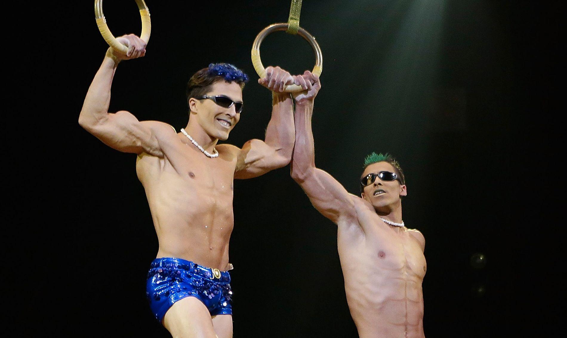 SIRKUS-STJERNE: Yann Arnaud,  (t.v) sammen med en annen av sirkusets artister, GoelOuisse, under en opptreden i New York  i 2013
