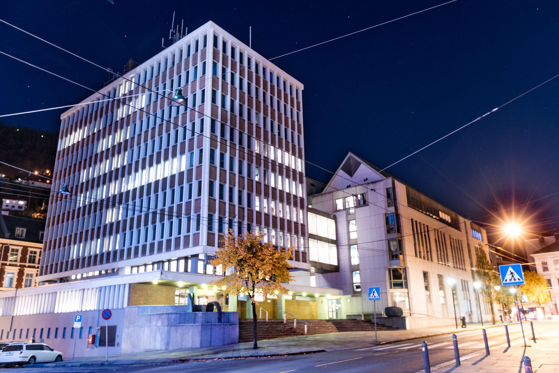 LANGT AVHØR: I flere timer satt politimannen i avhør her på politihuset i Bergen.