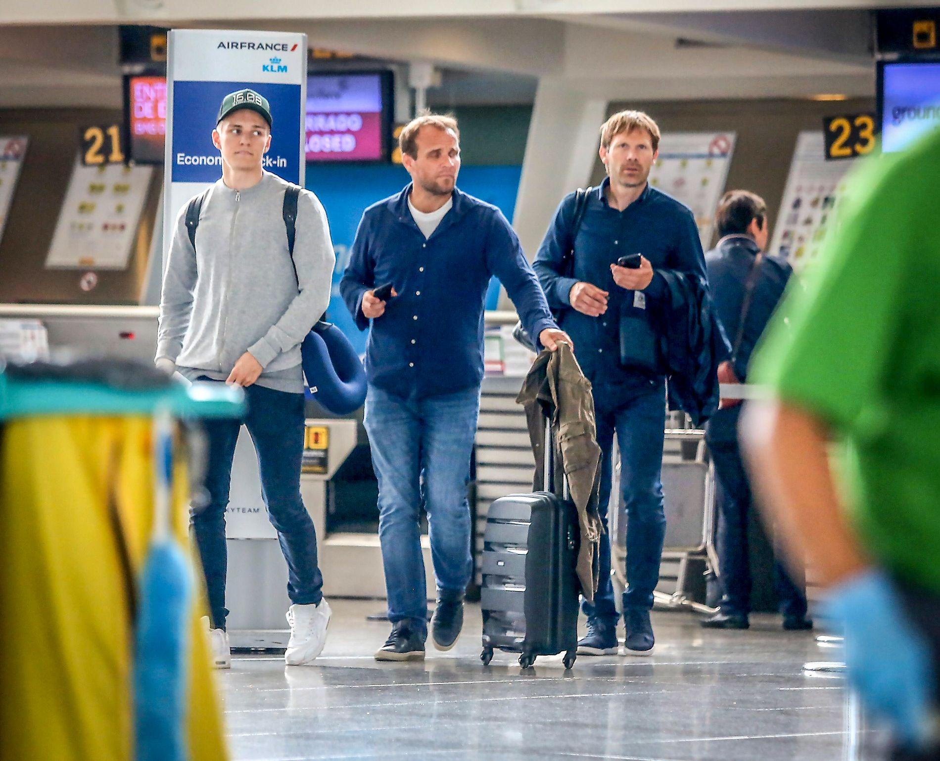 STYRER I KULISSENE: Bjørn Tore Kvarme (t.h.) er Martin Ødegaards agent. Her med pappa Hans Erik på flyplassen i Bilbao i forkant av utlånet til Real Sociedad i sommer.