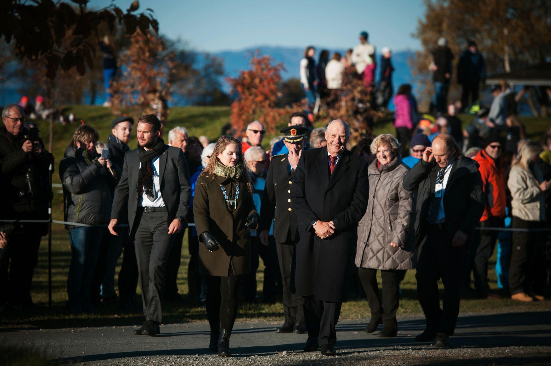 I MALVIK: Kong Harald (79) fikk møte mange av kommunens unge og eldre innbyggere.