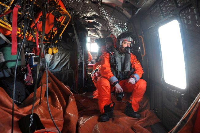 LITEN KRIGSEFARING: En redningsmann på et norsk Sea King-helikopter ser utover havet på oppdrag utenfor Nord-Norge. Forsvaret mangler et eget miljø for rent militære søk- og redningsopprag.