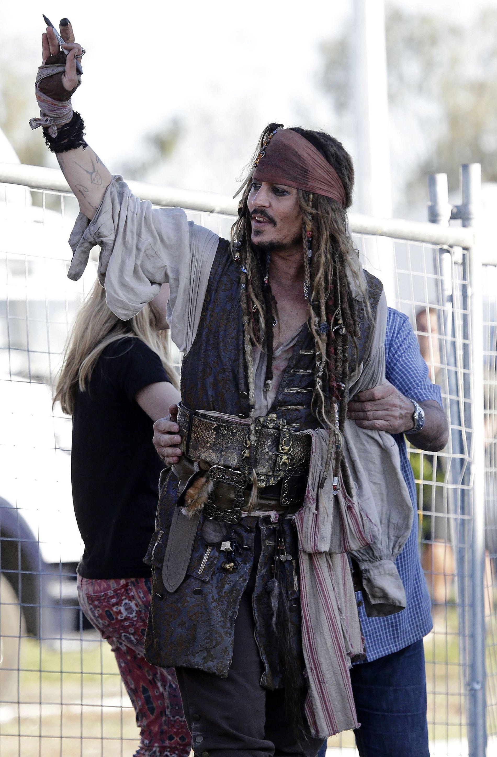 POPULÆR: Johnny Depp i Jack Sparrows karakter vinker til fans etter en dag på settet i Brisbane i Australia i fjor sommer.
