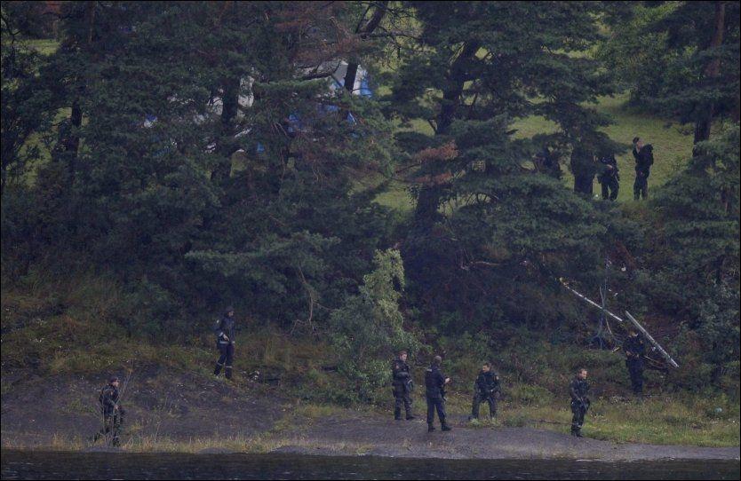 BEVÆPNET: Bevæpnet politi gikk manngard på Utøya dagen etter terrorangrepene. Nå skal Politiets Fellesforbund vurdere om politiet bør ha våpen permanent. Foto: Jørgen Braastad, VG