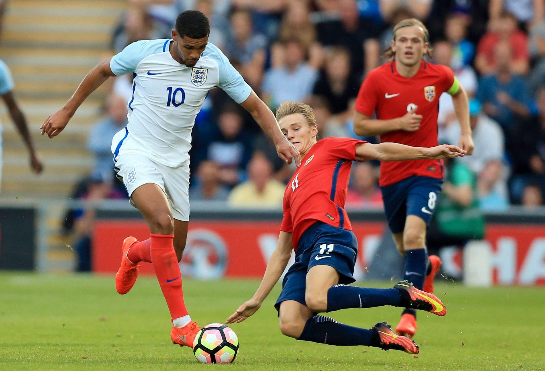 BLE FOR SMÅ: Englands Ruben Loftus-Cheek fosser forbi Martin Ødegaard i tirsdagens U21-kamp i Colchester.