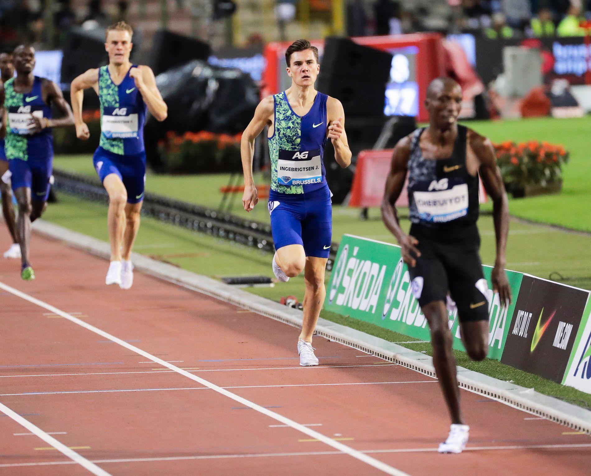 STORE AVSTANDER: Timothy Cheruiyot fra Kenya vinner foran Jakob Ingebrigtsen og med bror Filip som nummer tre i fredagens Diamond League-finale.