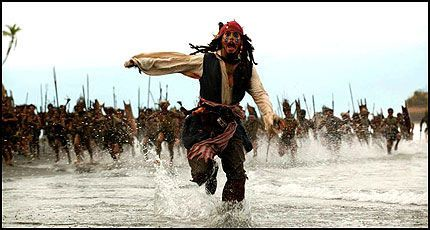 KASSASUKSESS: Johnny Depp og de andre skuespillerne i «Pirates of the Caribbean: Dead Man's Chest» lykkes i å trekke kinogjengere også denne gangen. Foto: Buena Vista