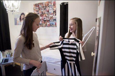 MOTELØVINNER: Venninnene Jennie Sofie (13) og Ella (13) tar en titt på garderobens nyeste plagg.