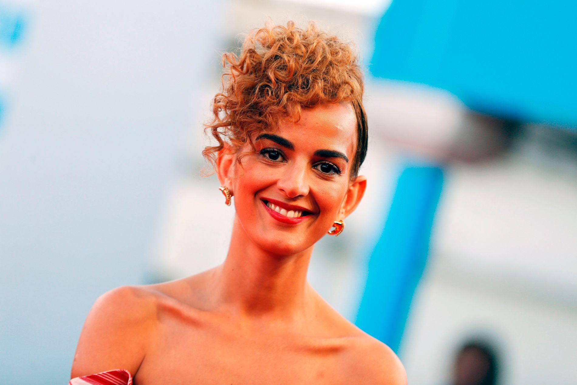 PRISVINNER: LeÏla Slimani (37) er fransk-marokkansk og debuterte med «Dans le jardin de lógre» i 2014. Boken var inspirert av sex-skandalen rundt Dominique Strauss-Kahn. I 2016 kom hennes store gjennombrudd «Vuggesang» som fikk den høythengende Goncourt-prisen og er under oversettelse til 40 språk. Her er hun på rød løper under filmfestivallen i Deauville i fjor.