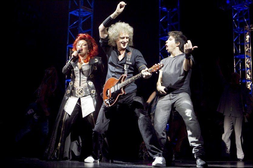STJERNER: Her er hovedrolleinnehaverne Espen Grjotheim (t.h) og Reidun Sæther med Brian May fra Queen på scenen under premieren på «We Will Rock You» på Folketeatret i Oslo torsdag kveld. Foto: Scanpix