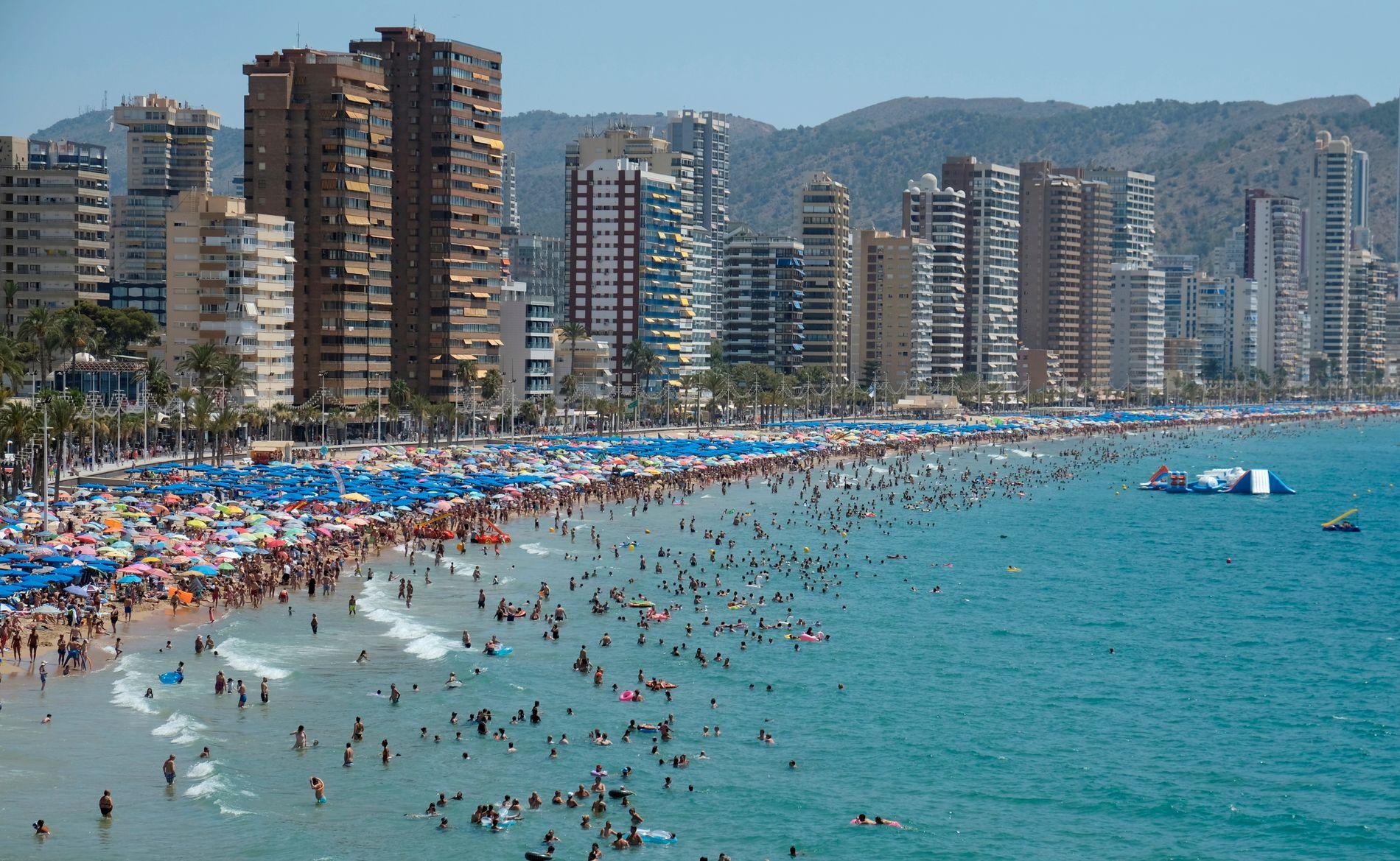 STAPPFULLE STRENDER: Flere brukte torsdagen til å kjøle seg ned på stranden i Benidorm i Spania. På tross av varmt vær også ved kysten er det i innlandet de virkelig høye temperaturene er ventet.