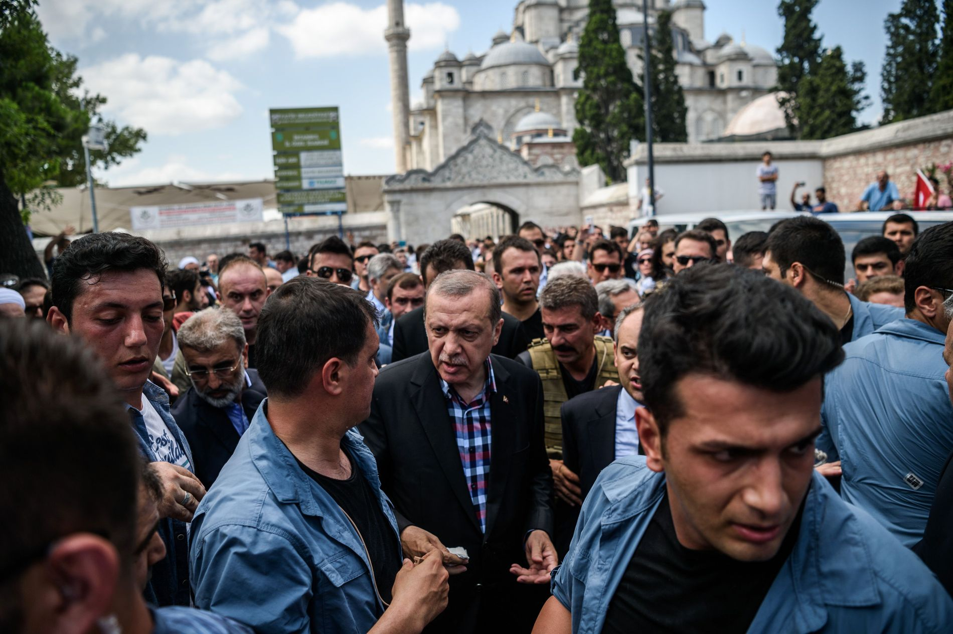 LIVVAKTTJENESTE: Den tyrkiske president Recep Tayyip Erdogan ankommer en begravelse etter kuppforsøket i juli fjor, omringet av sine livvakter.
