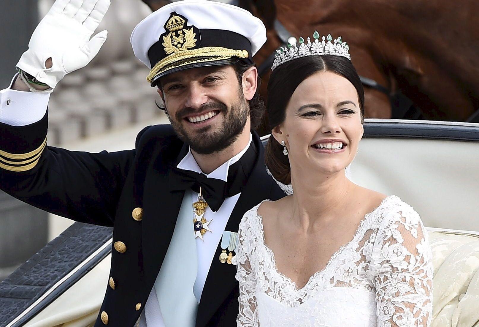 UTEN KRONER: Prins Carl Philip giftet seg med sin Sofia, som ble prinsesse, i fjor. Hun bar et diadem.
