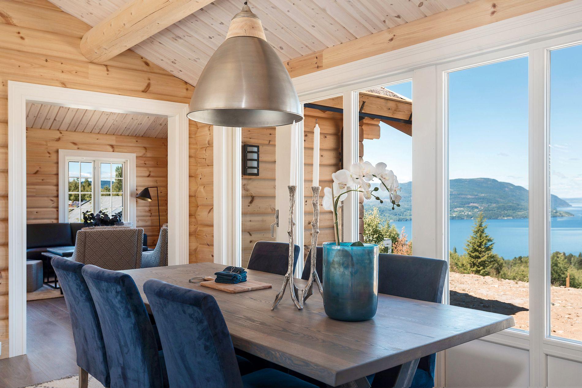 LYST OG TRIVELIG: Alle Mjøsli-hyttene har mye lys og utsikt, samtidig som byggestilen er klassisk og koselig. Denne hytta er fra Øverbygg AS.