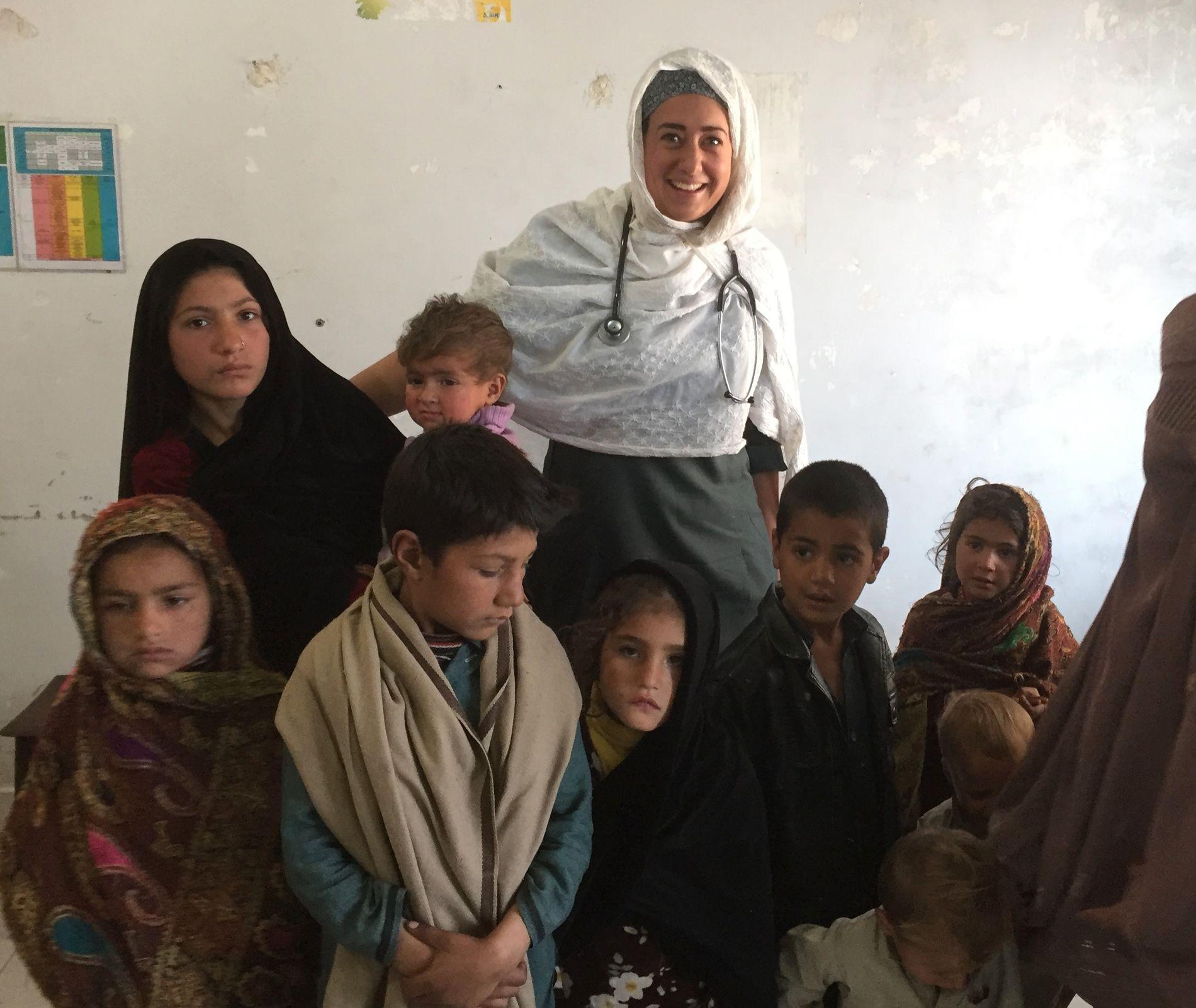 PAKISTAN: I fjor var lege Fride Bysveen Lier (bakerst) i Pakistan, der opplevde hun selv hvor viktig det er at barn vaksineres mot meslinger. Her er hun sammen med en søskenflokk med meslinger.