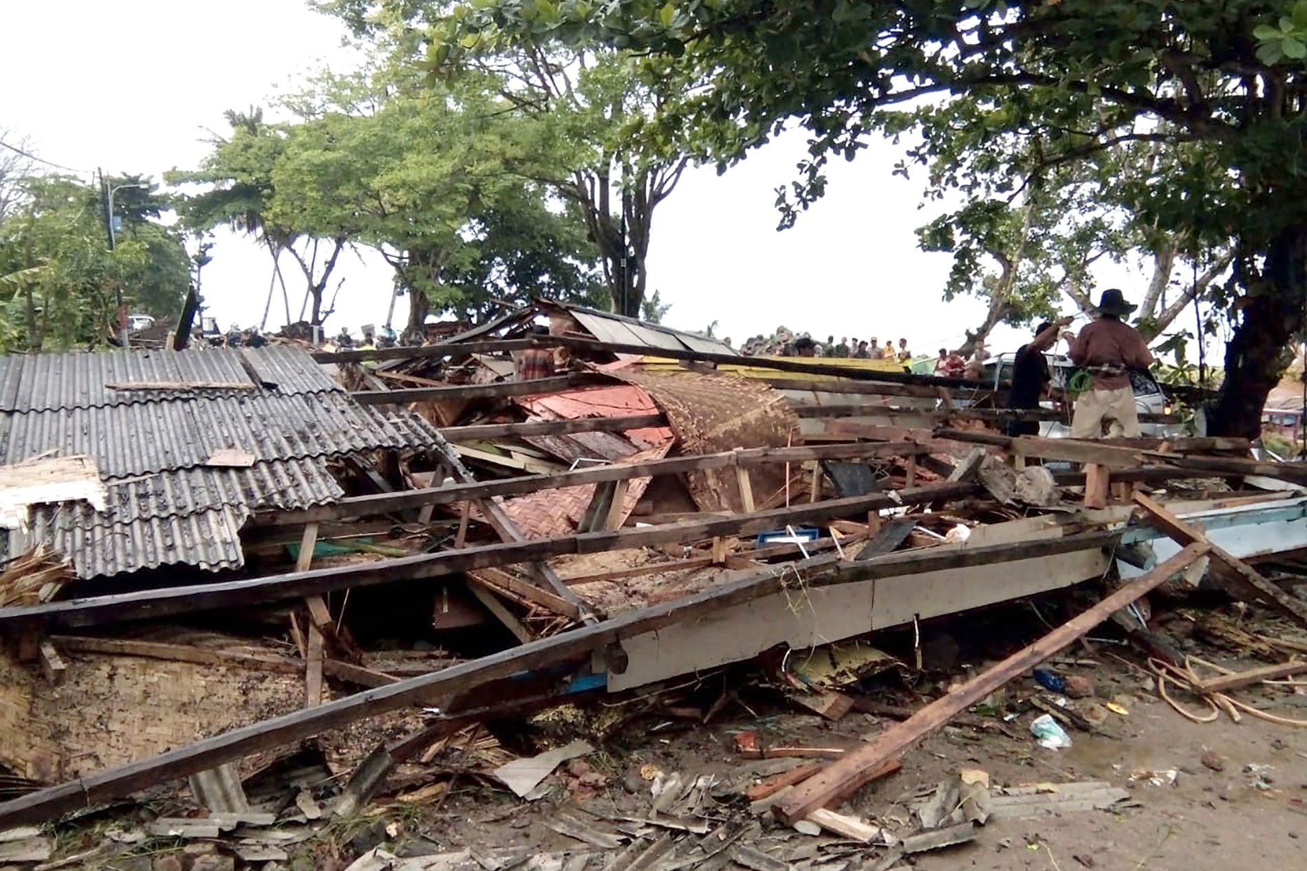 JEVNET MED JORDEN: Et hus ved Carita-stranden på Java er revet ned av tsunamien.