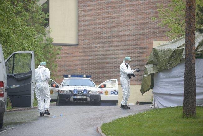 SKAL GRANSKE: Krimteknikere har ankommet åstedet hvor et barn ble knivdrept og tre andre kritisk skadet. Foto: ROBERT S. EIK/VG