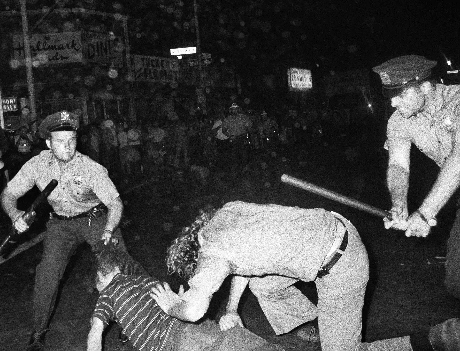 POLITIVOLD: Politivold mot LHBTI-miljøet i New York på 70-tallet ble starten på en internasjonal bevegelse. Her blir to unge personer dratt i håret og slått av politiet under en «Gay power»-parade i New York 31. august 1970 – et år etter Stonewall.