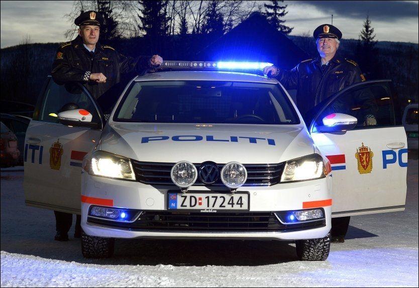 A. NILSEN x 2: Brødrene Andreas Nilsen (48, t.v.) og Arnold (54) har henholdsvis sju og 21 års erfaring som regionlensmenn i Midt-Troms. De samarbeider godt. - Vi er såpass trygge på hverandre at vi tør å være rykende uenige - noe som ofte er nødvendig for å komme frem til de beste løsningene, sier de til VG. Foto: TERJE MORTENSEN