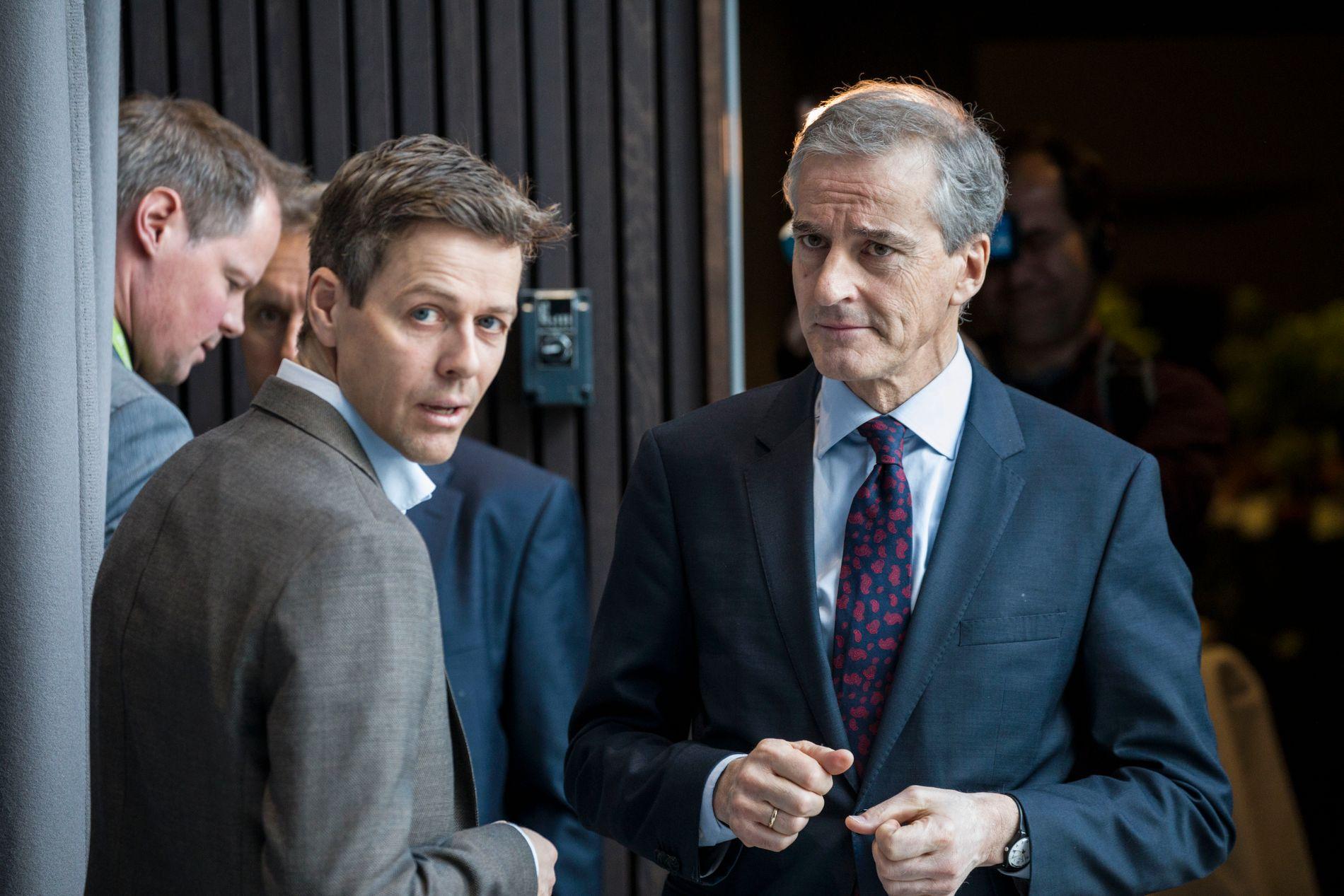 SNAKKET SAMMEN: KrF-leder Knut Arild Hareide og Aps leder Jonas Gahr Støre etter en paneldebatt med statsminister Erna Solberg på KNIF-konferansen på Gardermeon i april i fjor.