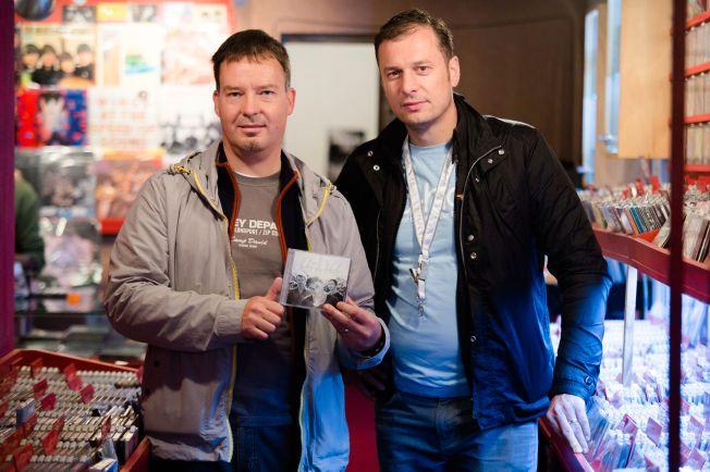 A-HA-SAMLERNE: Enrico Schwabach (40) og Oliver Besser (45) fra Tyskland stikker innom platesjapper i Argentina for å finne nasjonale versjoner av a-Ha-musikk både på kassett, vinyl og CD som de ikke har fra før. Og de har en stor samling fra hele verden. Foto: ESKIL WIE FURUNES / VG