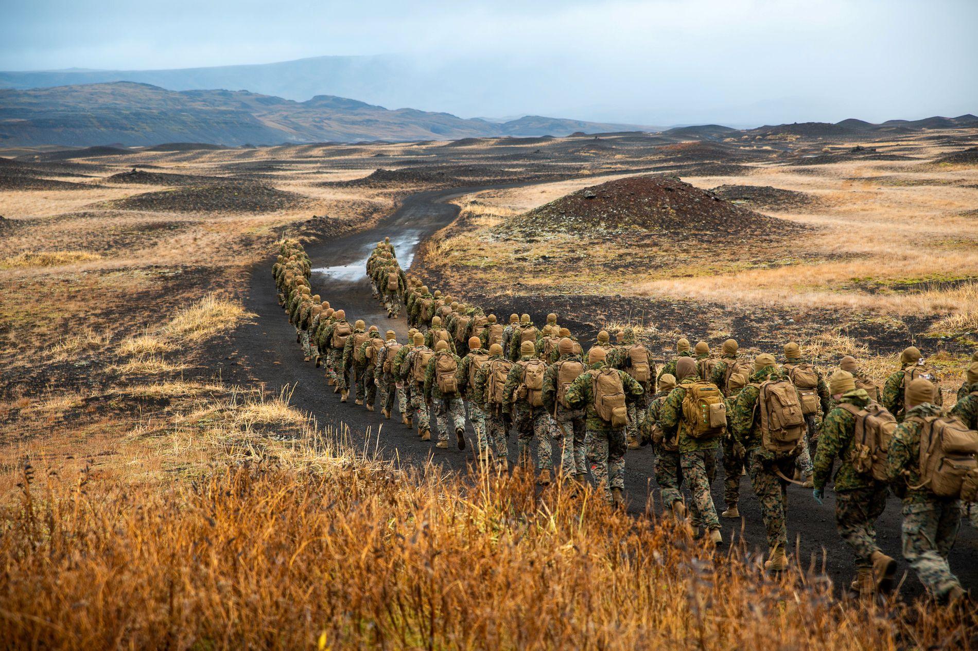 TØRSTE: Amerikanske soldater fra US Marines på utmarsj på Island i forrige uke. I helgen gikk flere utesteder i Reykjavik tomme for øl med flere tusen amerikanske soldater i byen.