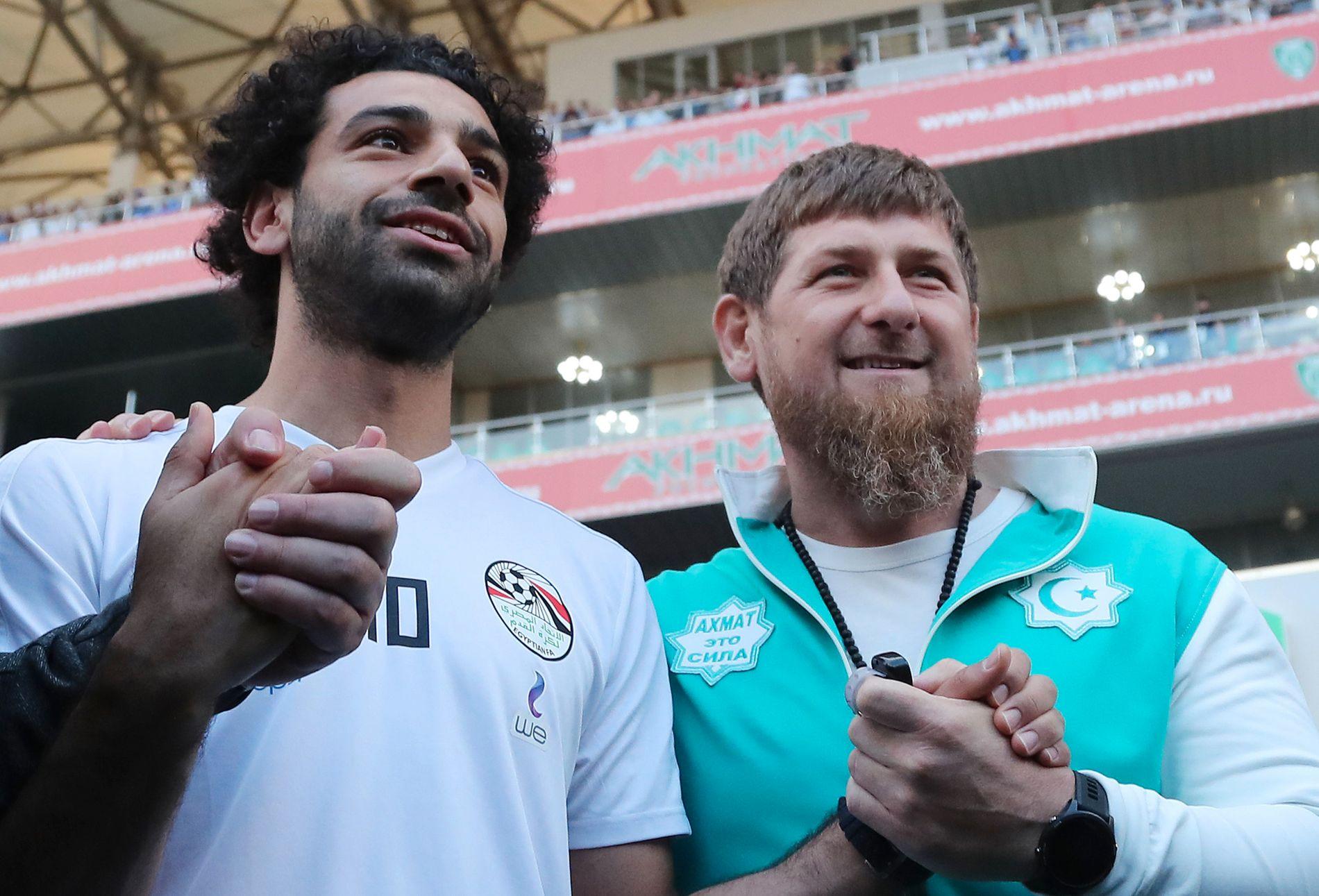 Egypt- og Liverpool-stjernen Mohamed Salah poserer  sammen med den tsjetsjenske presidenten Ramzan Kadyrov.