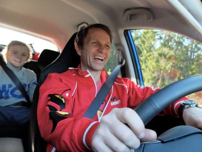 FAR OG SØNN: På dette bildet fra april sitter Oliver i baksetet mens Petter Solberg kjører sønnen hjem fra skolen. Nå blir verdensmesteren superkjendis i TV-programmet Top Gear.