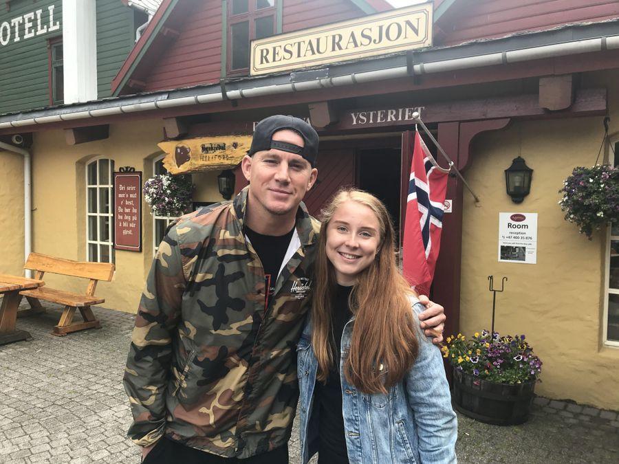 FIKK BILDE: Hanne Nilsen møtte Channing Tatum på det lille stedet samme dag som Bear Grylls også var der. Som du kan se av bygningen, og flagget til høyre, er bildene av Tatum og Bear Grylls tatt på samme sted, nemlig utenfor Byrkjedalstunet kafé.
