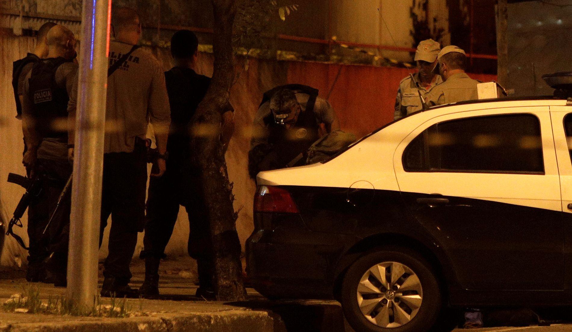 ÅSTEDET: Her er åstedsgranskere og politietterforskere på åstedet ved bilen hvor Marielle Franco ble skutt og drept.