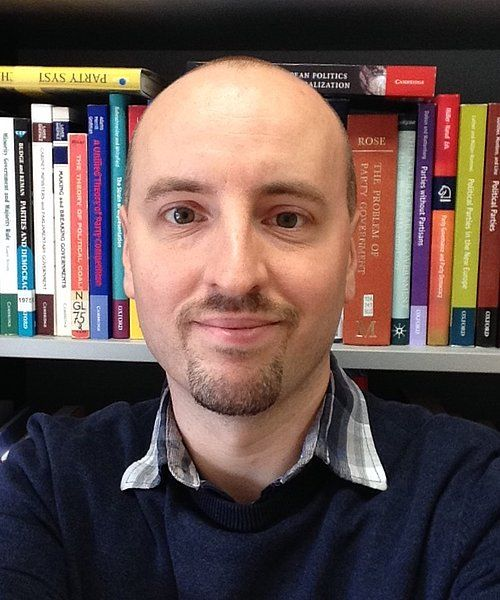 VALGEKSPERT: Laurenz Ennser-Jedenastik er assisterende professor i statsvitenskap ved universitetet i Wien og spesialiserer seg på partipolitikk og valg. Foto: Privat
