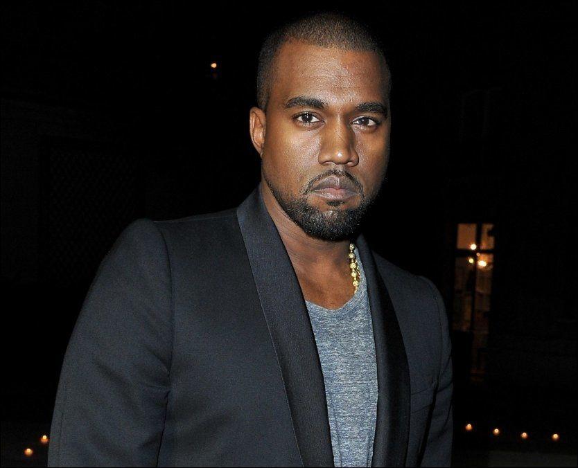 GJESTET MOTEUKEN: Kanye West var hedersgjest under Paris Fashion Week i 2012. Her er han under lanseringen av moteredaktør Carine Roitfelds sminkekolleksjon. Foto: Getty Images