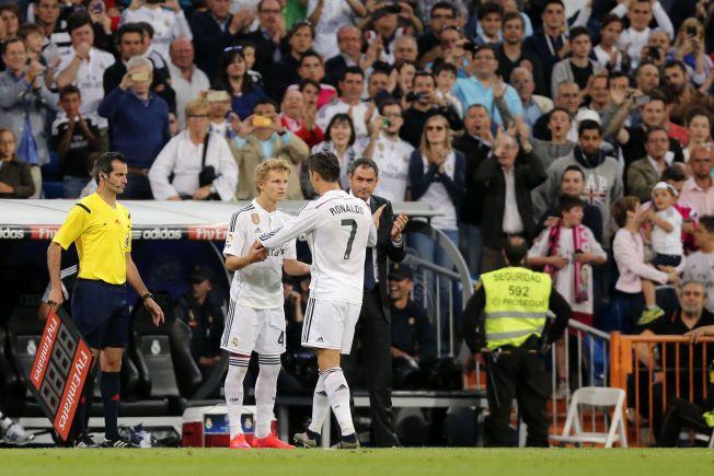 dc8b7db0 KOMMER TIL NORGE: Cristiano Ronaldo kunne omfavne Martin Ødegaard før den  norske 16-åringen ble tidenes yngste La Liga-spiller for Real Madrid 23.  mai.