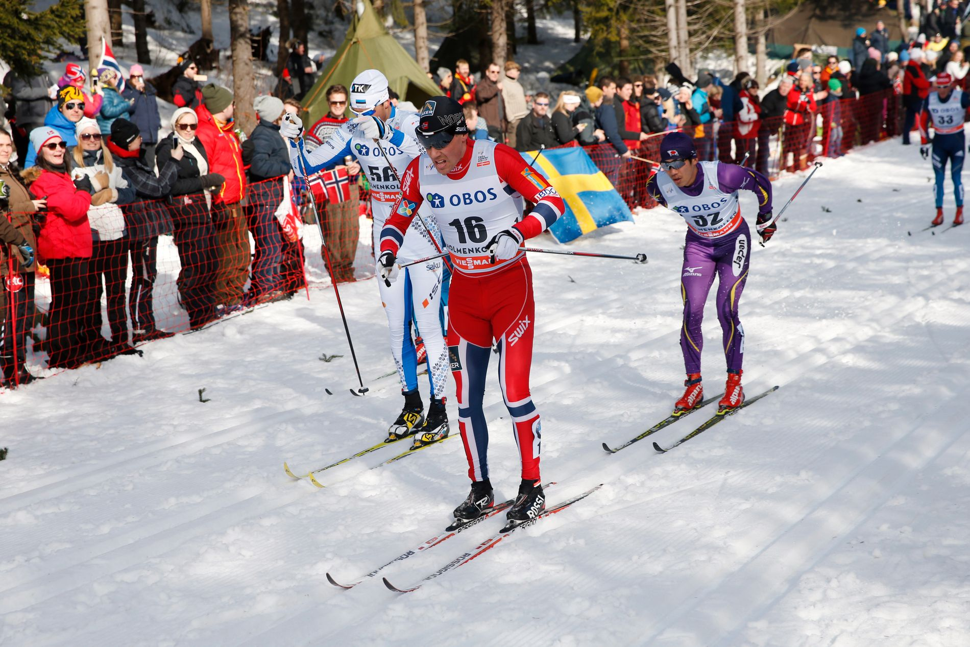 FEMMILSDUELL: Algo Kärp (t.v.) bak Eldar Rønning (nummer 16) på Kollen-femmila i 2014. Til høyre er japanske Keishin Yoshida.