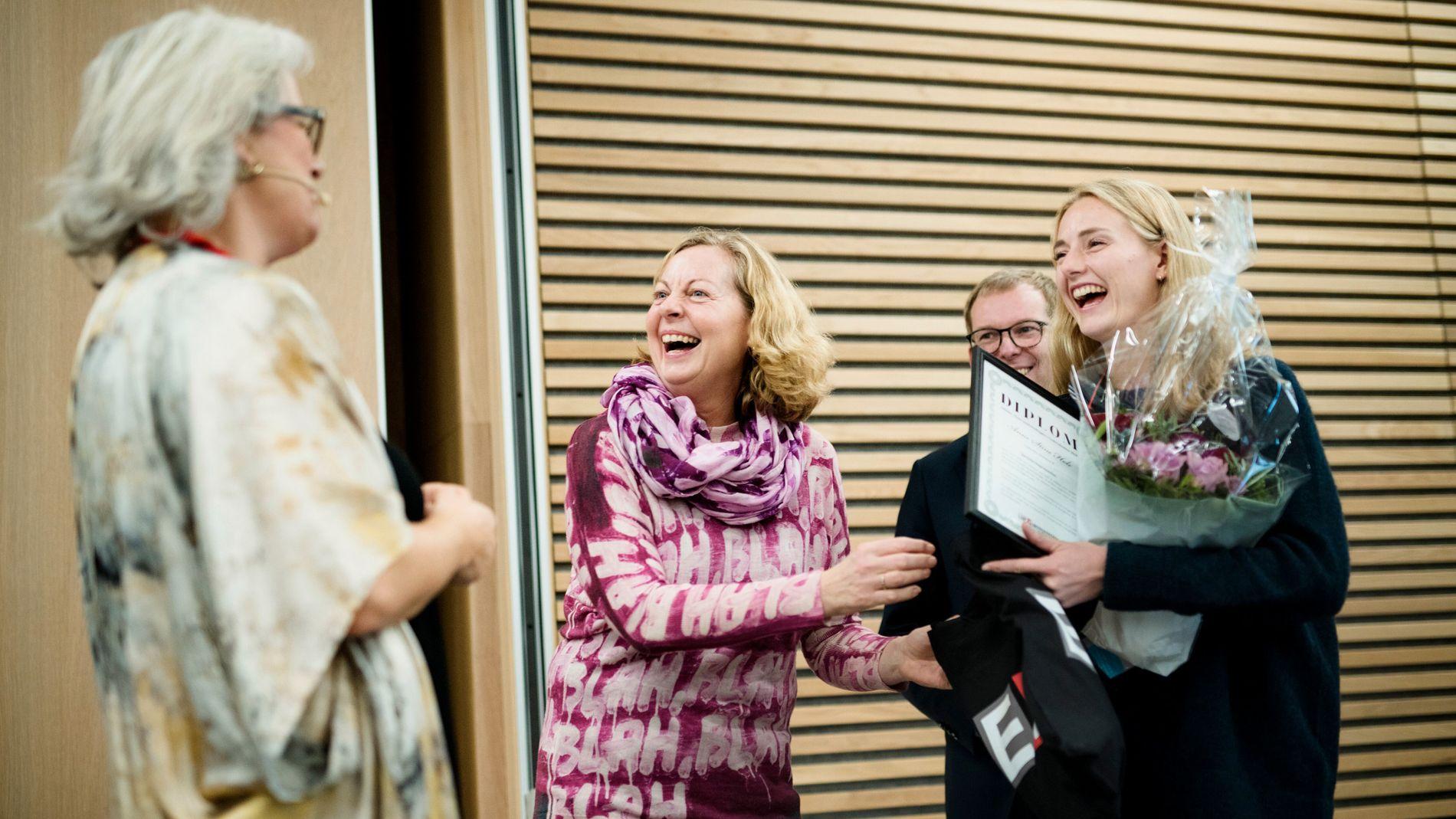 GOD STEMNING: Kategorivinner Anne Stine Hole (årets samfunnsbygger) mottar premien fra juryleder Cathrine Foss Stene (fra venstre), daværende jurymedlem Berit Svendsen og jurymedlem Håkon Haugli på fjorårets arrangement.