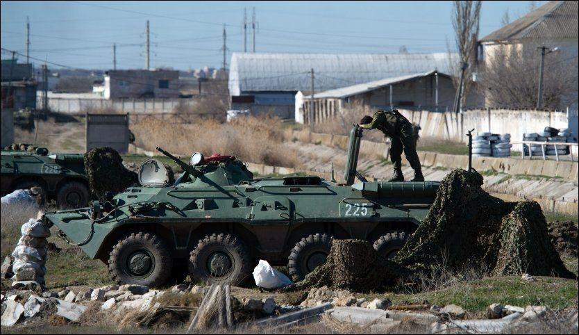 FØR ANGREPET: Russiske tropper ved marinebasen i Feodosia søndag. Foto: Dmitry Serebryakov, Afp
