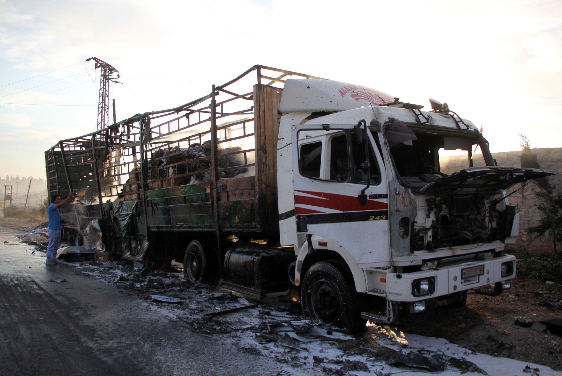 KOM ALDRI FREM: En ødelagt lastebil med nødhjelp fra Røde Kors/Røde halvmåne i landsbyen Orum al-Kubra vest for Aleppo. En konvoi med nødhjelp ble bombet fra luften mandag kveld.