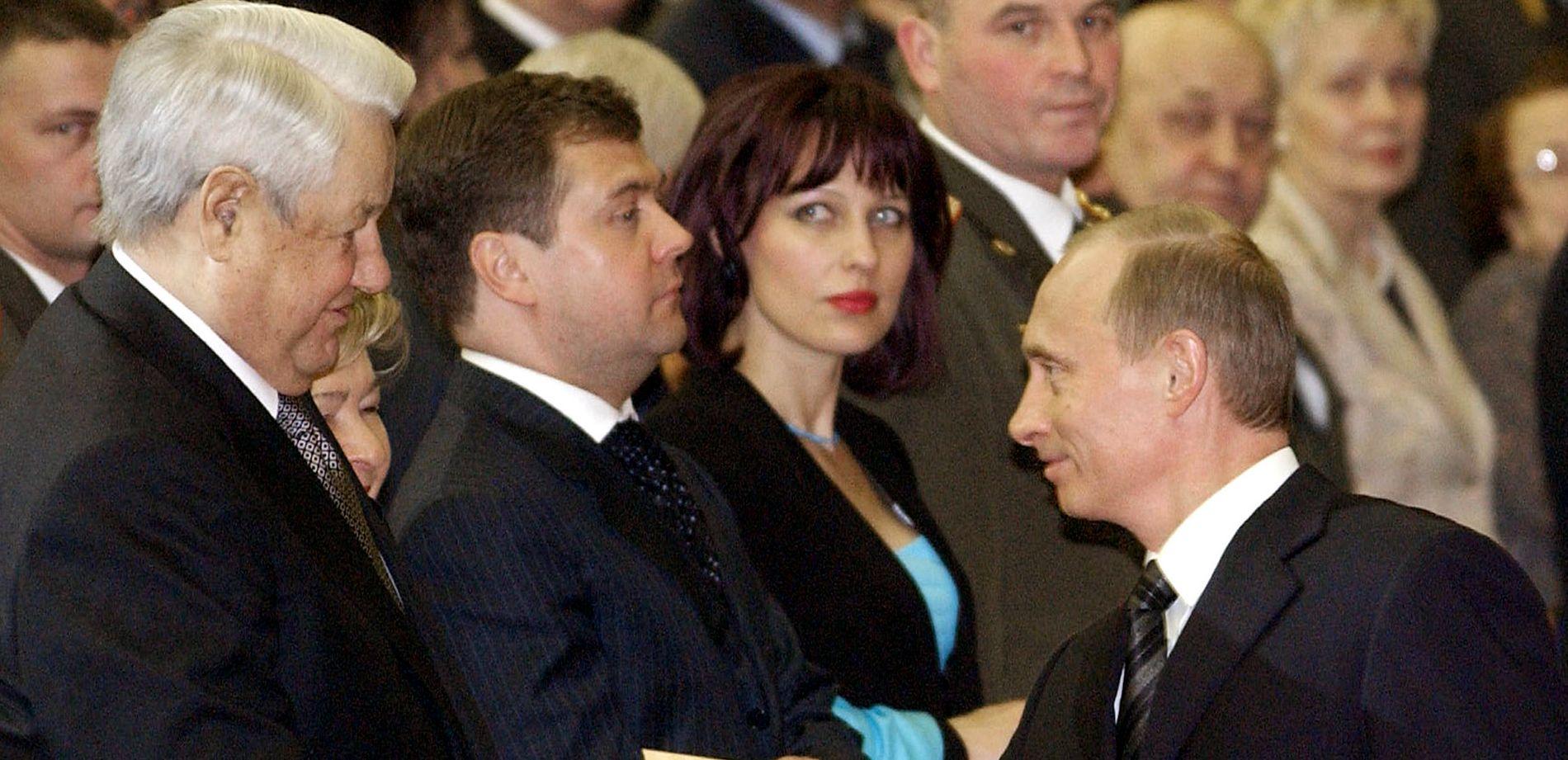 FORGJENGER: Vladimir Putin hilser på sin forgjenger Boris Jeltsin i 2005.