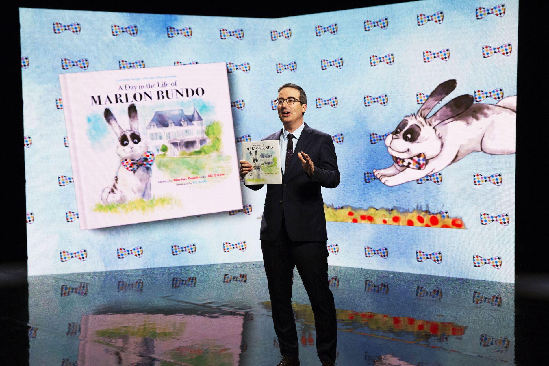 POPULÆR: Komiker John Oliver på en pressekonferanse for barnebboken om homofile Marlon Bundo.