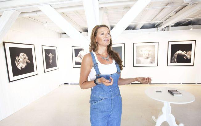 ERFAREN FOTOGRAF: Charlotte Spetalen opplever stadig at andre deler bildene hennes på nettet – men hun hadde ikke regnet med at P. Diddy skulle bli en av dem. Her er fotografen avbildet i forbindelse med en fotoutstilling i Stavern i 2010.