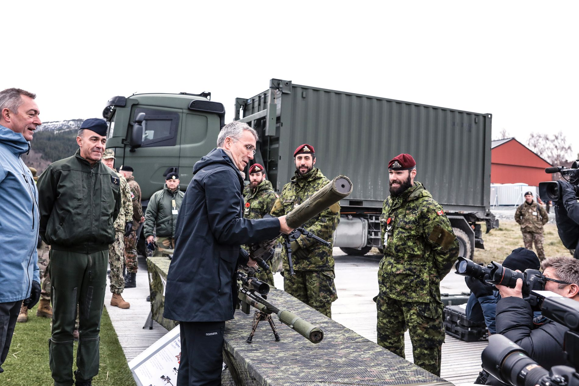 SJEKKER UTSTYRET: Nato-sjef Jens Stoltenberg og Norges forsvarsminister Frank Bakke-Jensen sjekker utstyret til noen av styrkene som deltar i øvelsen Trident Juncture.