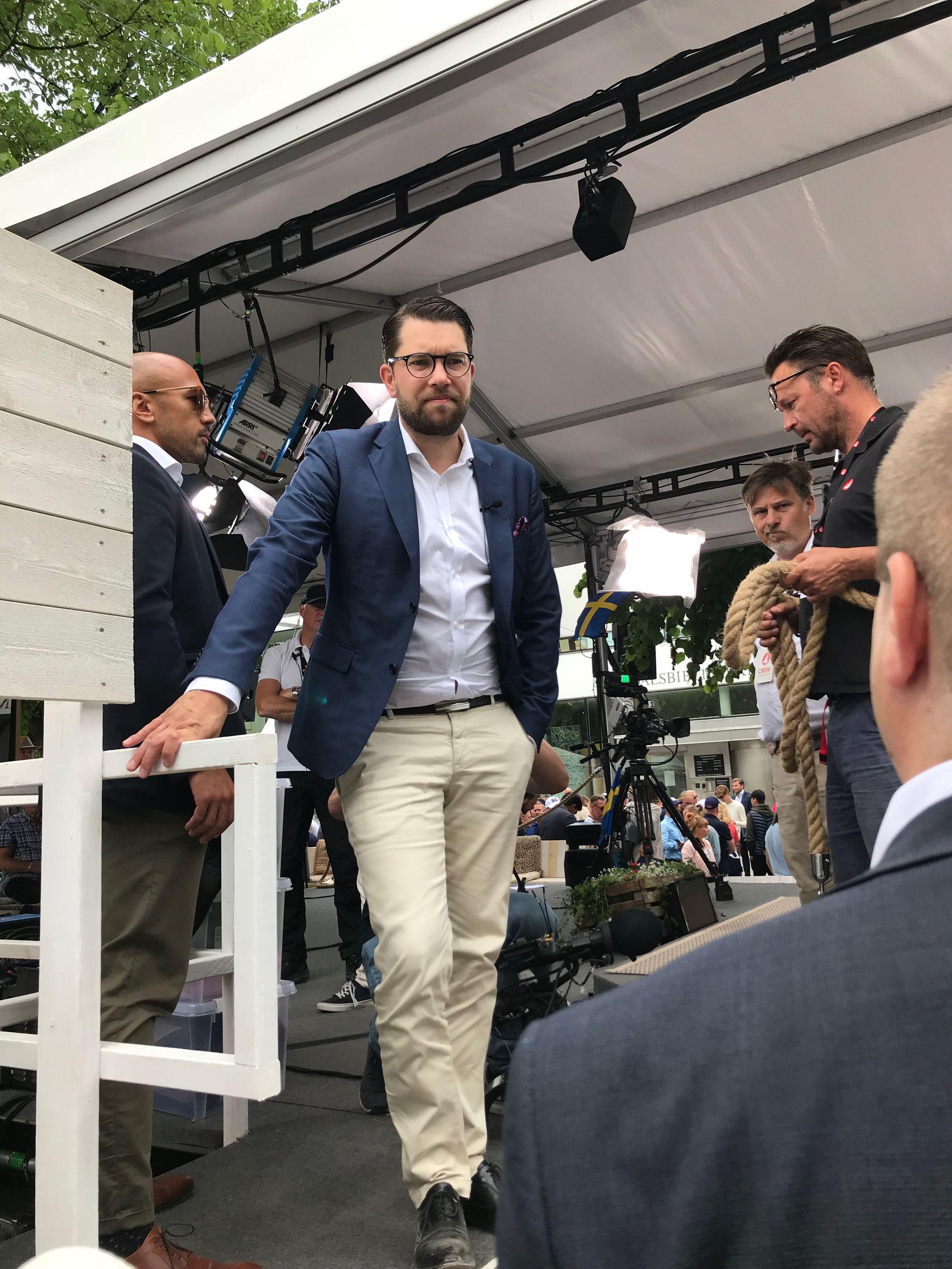 HEKTISK: Det er tidlig på formiddagen. Jimmie Åkesson, Sverige mest kontroversielle politiker har allerede vært i flere politiske utspørringer på tampen av Almedalsuken på Gotland.